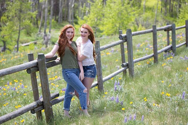 holky u ohrady