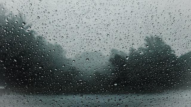 dešťové kapky na skle